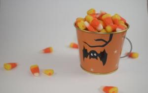 Rasage Il offre à des enfants des bonbons avec des lames de rasoir pour Halloween – images