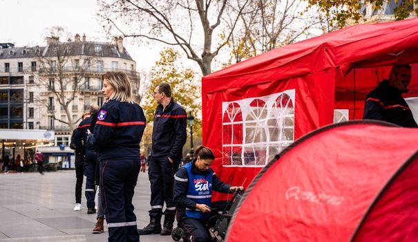 Camping Des pompiers installent un campement à Paris pour dénoncer leurs stipulations de travail
