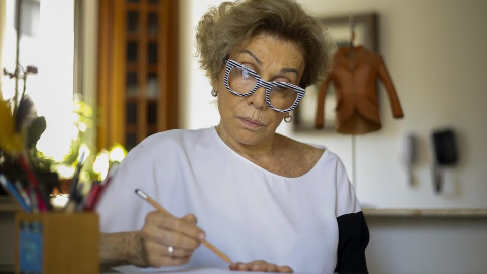 """Lingerie """"Mettre en lumière la beauté des femmes âgées"""" : Helena Schargel, mannequin de 80 ans, présente sa sequence lingerie"""