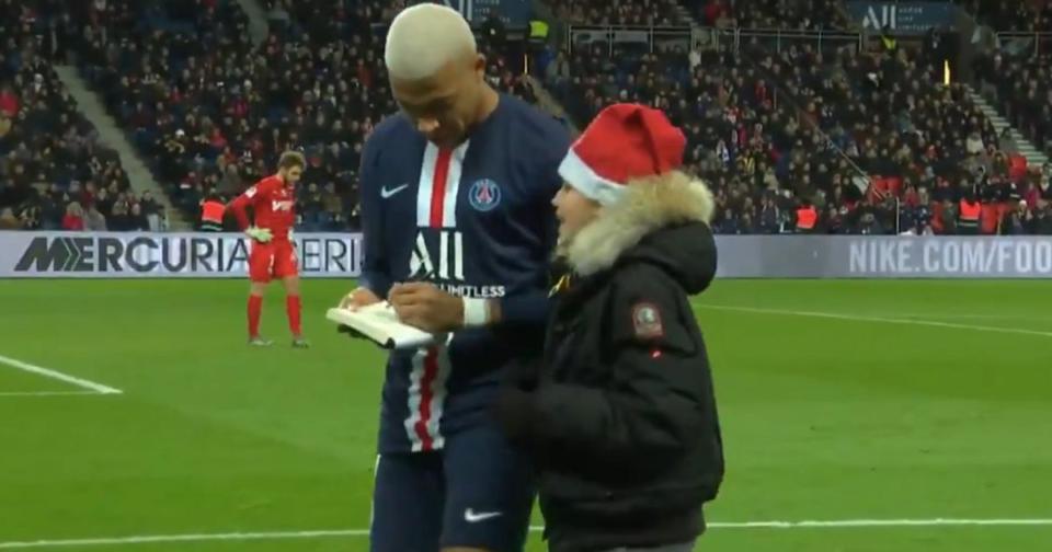 Halloween En plein PSG-Amiens, Kylian Mbappé signe un autographe à un jeune fan entré sur le terrain