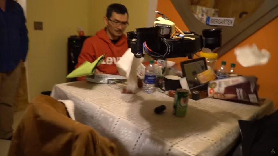 Animaux Ce YouTuber combine aspirateur-robotic et drone : une idée peut-être pas si folle