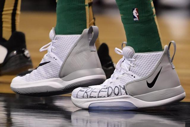 Chaussures de sport Basket – NBA – NBA : les chaussures « freedom » d'Enes Kanter, le pivot turc opposant au président Erdogan