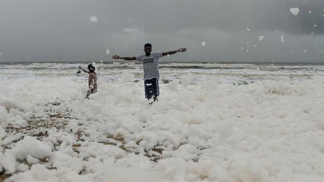 Enfant Inde: quelle est cette étrange mousse qui s'accumule sur les plages?
