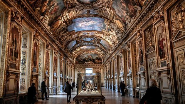 Bijoux Les joyeux de la couronne française ornent de nouveau la galerie d'Apollon du Louvre