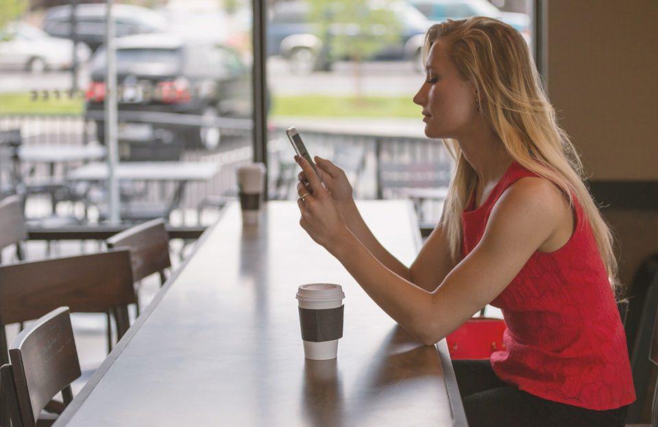 Livres [CES] Hisense dévoile un surprenant smartphone à écran e-ink coloré