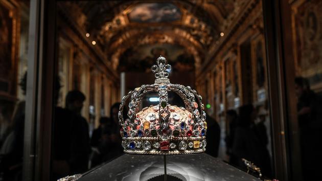Bijoux Les diamants de la Couronne trônent dans la galerie d'Apollon du Louvre