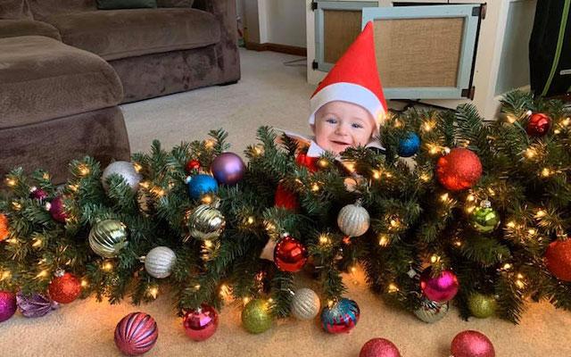 Bebe Une maman déguise son bébé en elfe de Noël