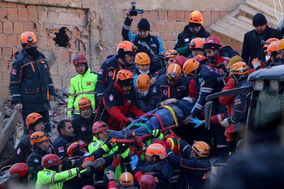Epicerie Turquie: route contre la montre des secouristes après le séisme