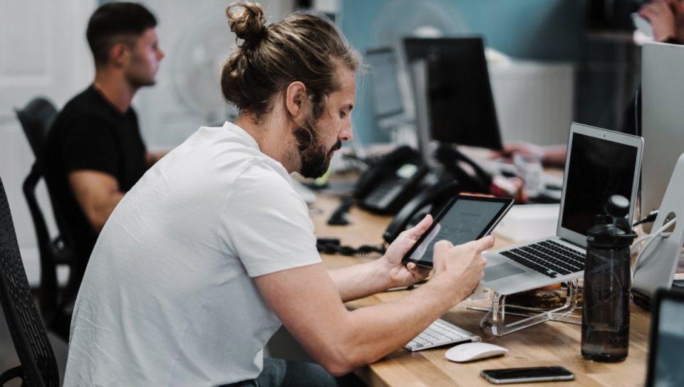 Bureau Flâner sur web au bureau peut améliorer votre productivité