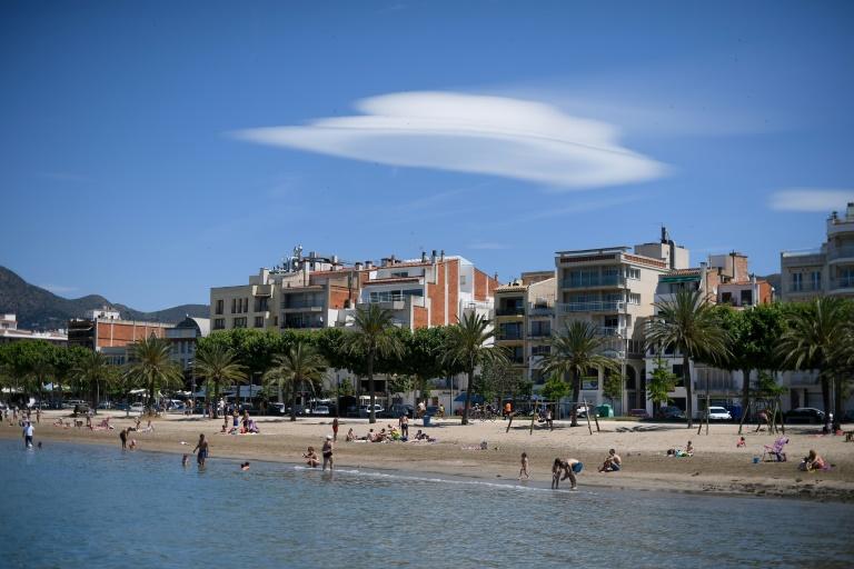 """Maillot de bain A Roses en Espagne, les étrangers goûtent la """"nouvelle normalité"""" touristique"""