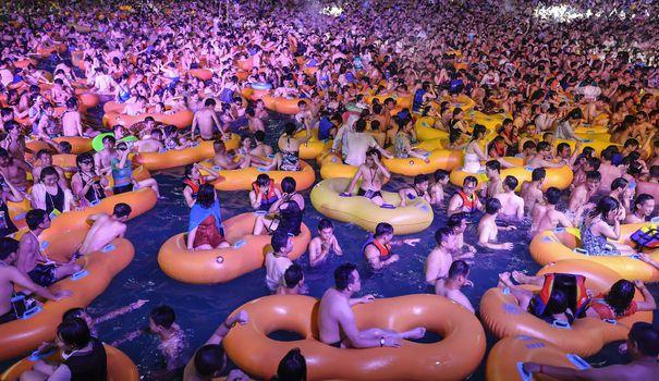 Maillot de bain Chine: Wuhan, berceau du virus, prend un bain de techno